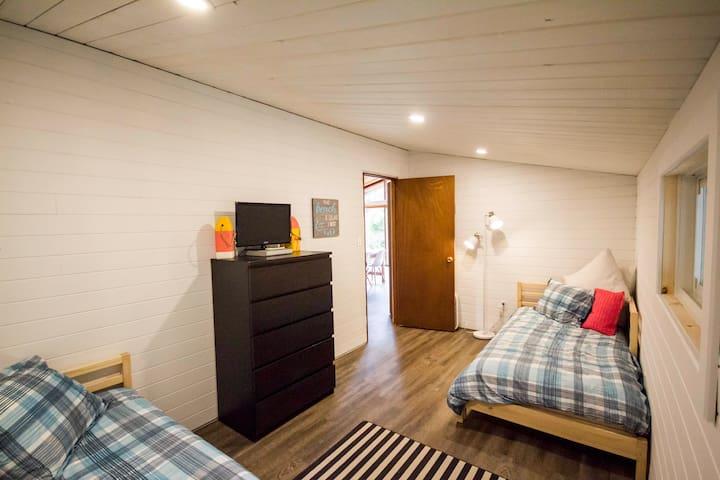 """Kid's"" Room - 2 x Twin Beds"