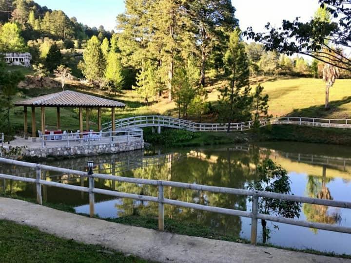 Kiosko a orilla de laguna para eventos