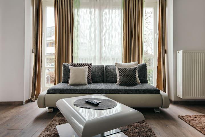 Hochwertige möbilierte Wohnung mit Tiefgarage - Аугсбург - Квартира