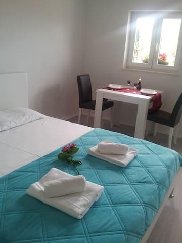 Studio apartman u centru Okruga Gornjeg