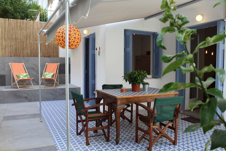Rom's sunny garden apartment, close to Acropolis