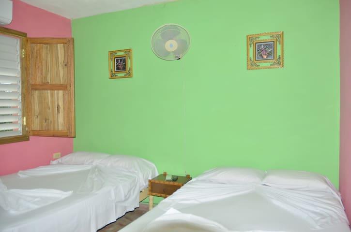 segunda habitacion con dos camas matrimoniales