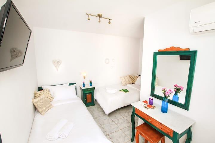 Twin Room - The Fisherman's House, Akrotiri