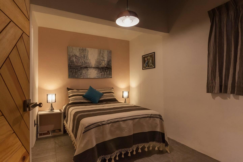 Dormitorio con cama matrimonial.