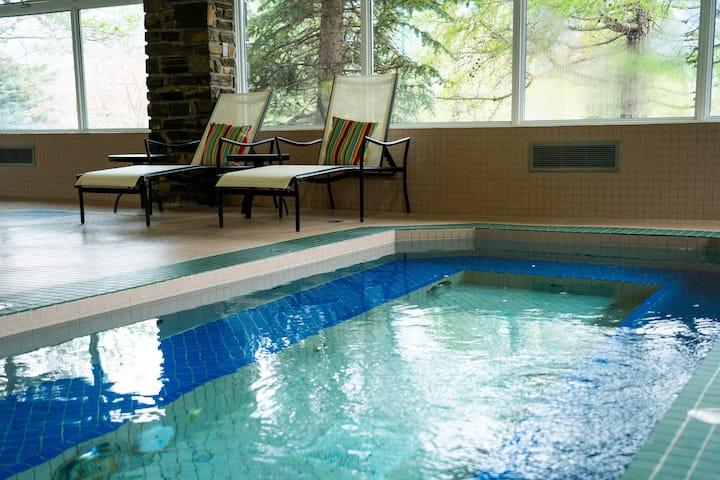 Cozy Suite with FREE Breakfast + Hot Tub Access   AMAZING Indoor Pool + Waterslide