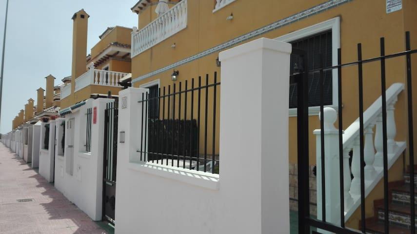 Acceso a nuestro gran chalet pareado, con entrada desde calle Vigo