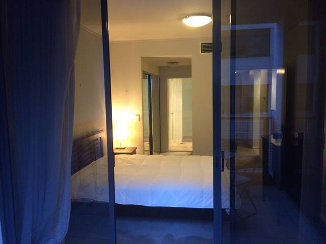 Ensuite bedroom with direct access to balcony - Sydney - Wohnung