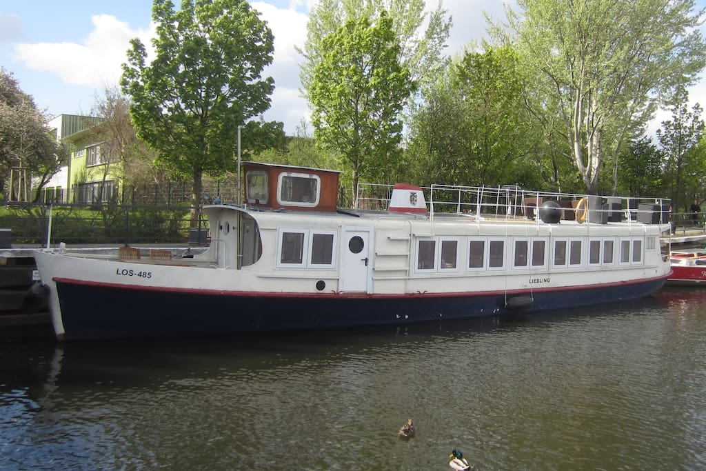 comfortable house boat almost in the city boats for rent in berlin berlin germany. Black Bedroom Furniture Sets. Home Design Ideas