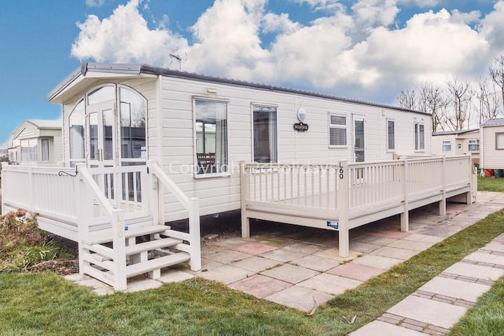Luxury holiday home with decking just a minutes walk from the beach ref 50060L