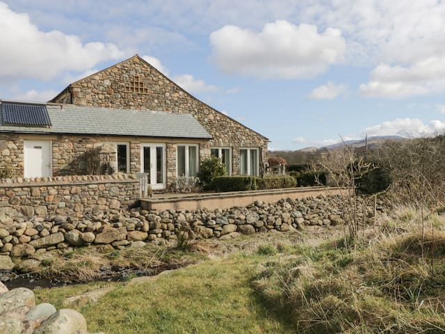 BECKSIDE, pet friendly, with open fire in Cockermouth, Ref 972322
