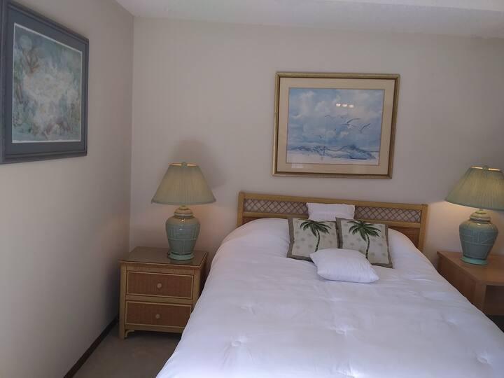 Cozy Queen Master Suite W/Private Balcony!