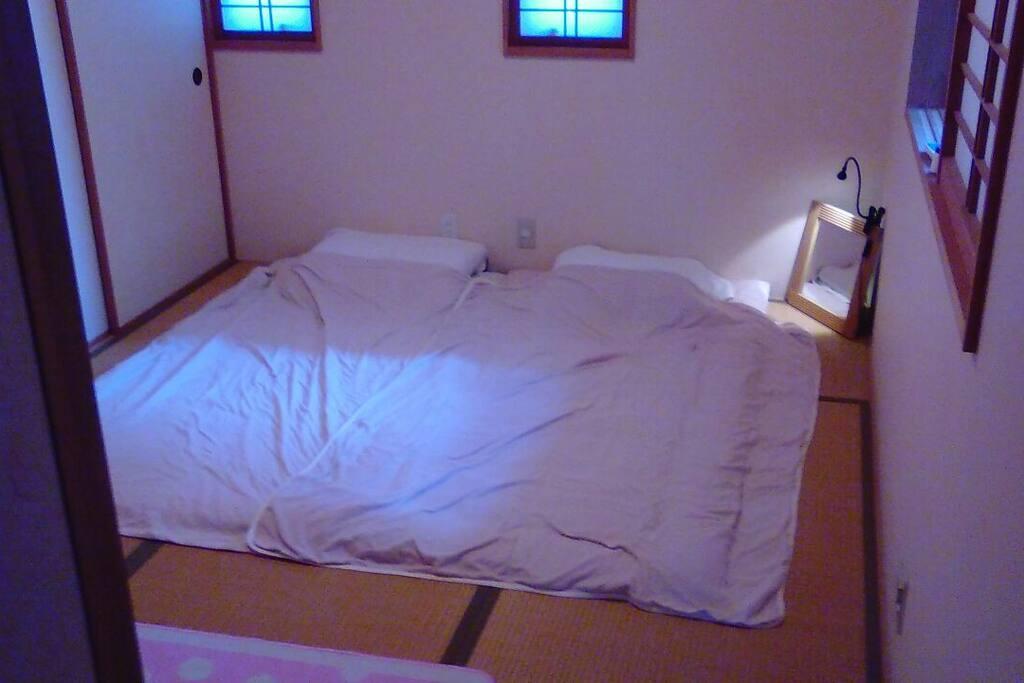 寝室は和室(畳6帖)に布団2組です。