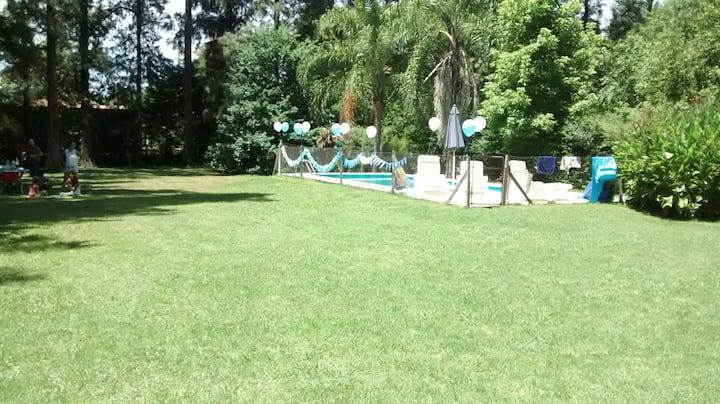 Habitación privada en una quinta con piscina.