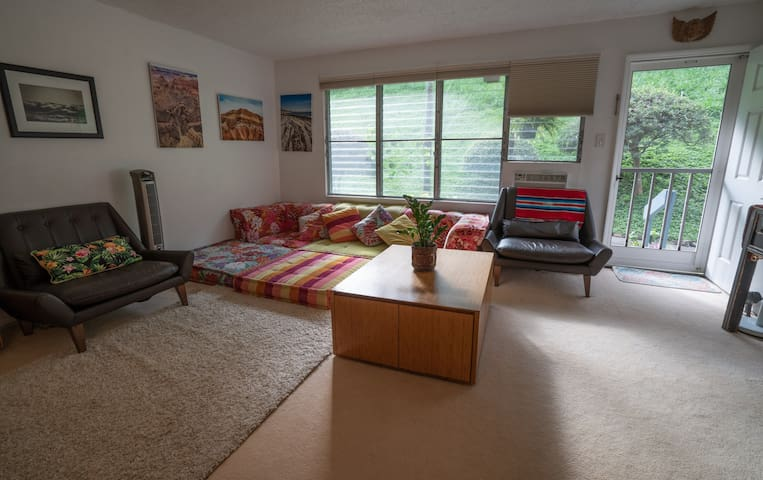 Tropical 2 Bedroom Home by Beach & Hikes