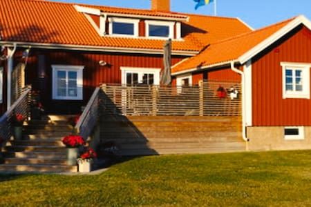 Nyrenoverat hus &trädgård med sjöutsikt mot Vänern