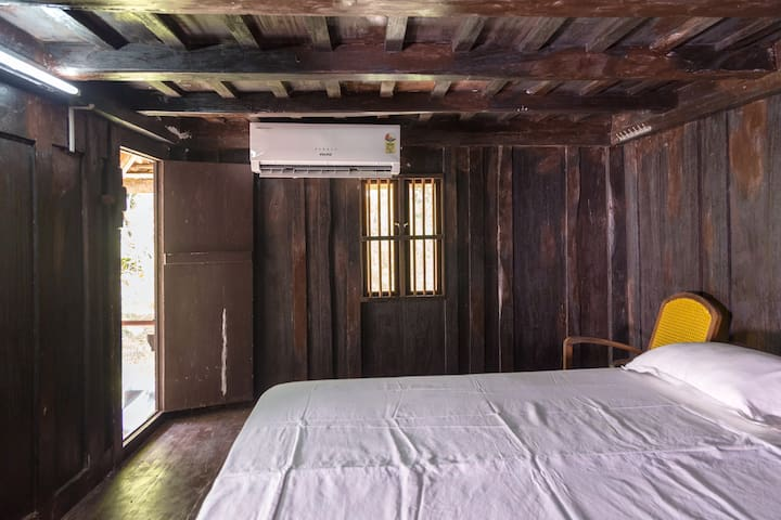 WOODEN ROOM WATER FRONT  STAY 7 GUESTS   KUMARAKOM