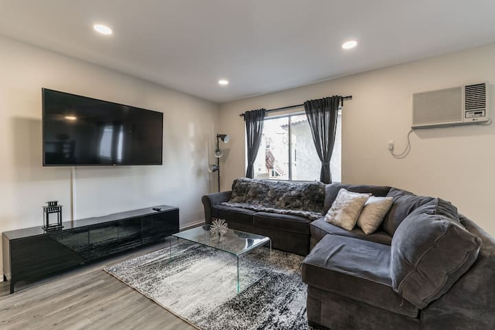 Entire 3BED APT- IN THE HEART OF HOLLYWOOD