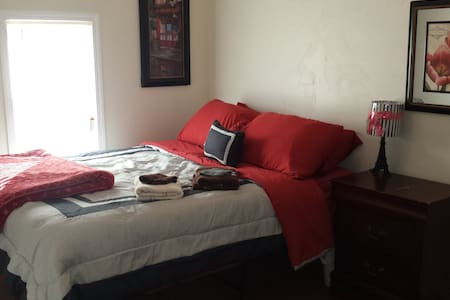 France room w/Queen bed @ The Euro House near I-35