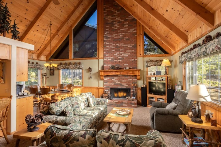 The Chalet House @ Snow Summit / Private Hot Tub / Loft / Streaming TV