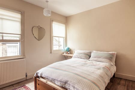 A large single room with a big cosy double bed - London - House