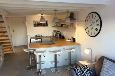 Central & modern loft apartment, Harfield Village - Kapstaden