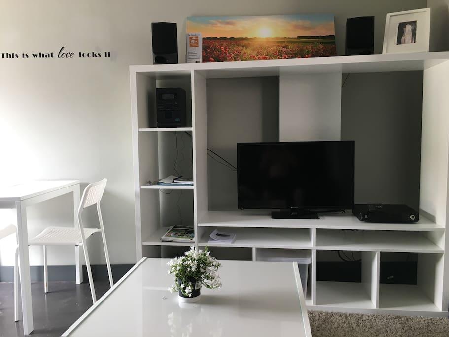 Flatsceen tv met heel veel digitale zenders van telenet
