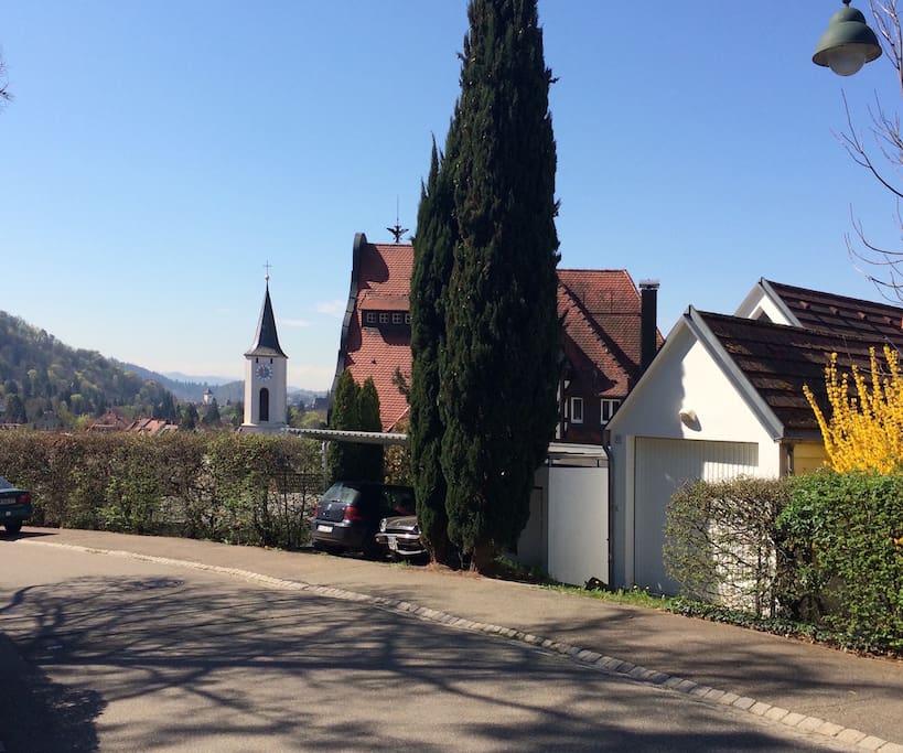 Blick von der Strasse und direkte Nachbarschaft