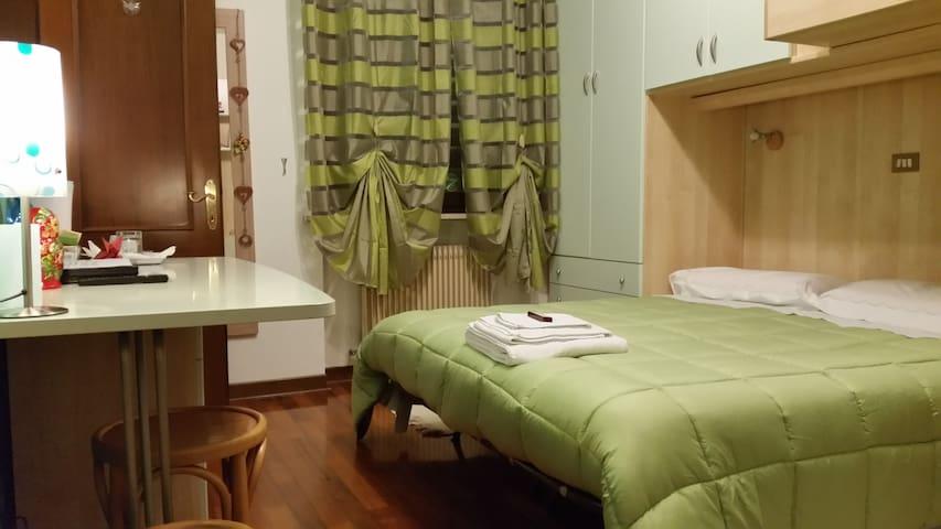 Camera con bagno per 1/3 persone 2 km stazione - Udine - บ้าน