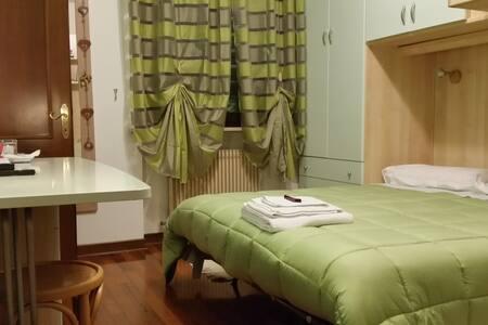 Camera con doccia per 1/3 persone 2 km stazione - Udine - บ้าน