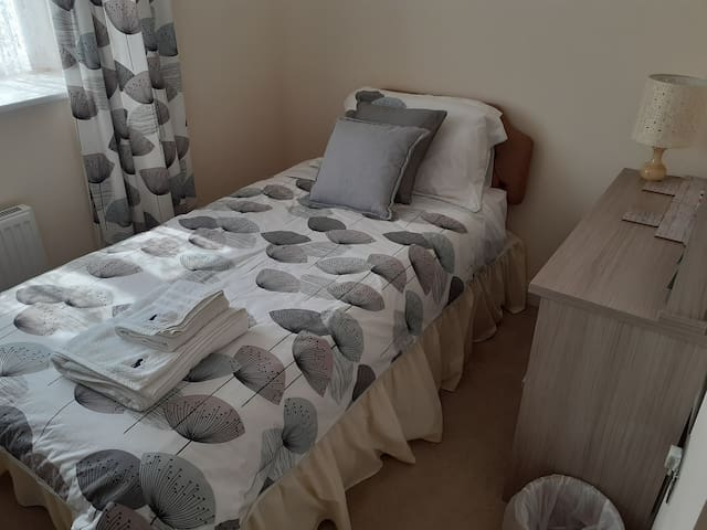 Modern single bedroom with very comfy quality 3ft bed.
