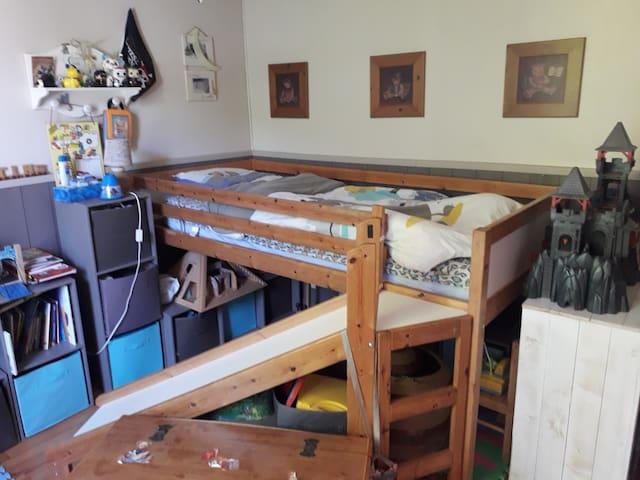 chambre 4(rez de chaussée) 1 lit 90×190 + 1 autre possible.