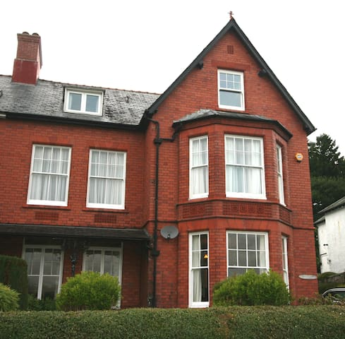Large Victorian Town House - Bala