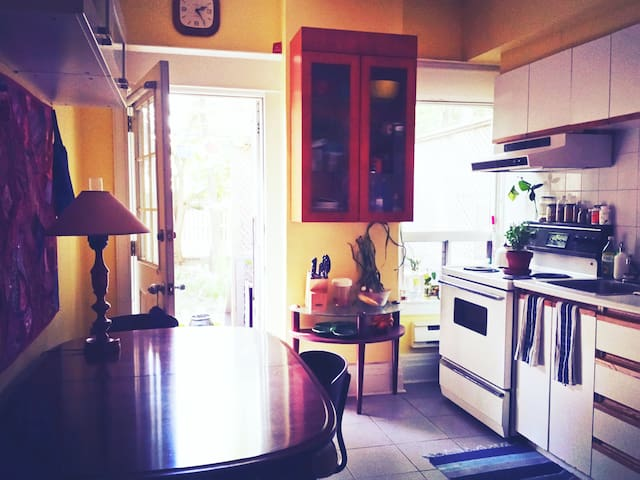 Home away from home - Private Home - High Park!
