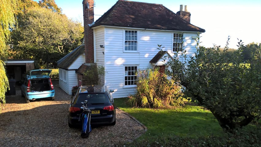Cosy 17th century Kentish family cottage with land - Woodchurch