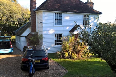 Cosy 17th century Kentish family cottage with land - Woodchurch - Hus