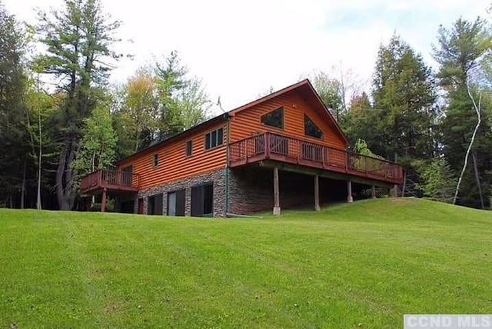 Luxurious and Peaceful Catskills Windham Chalet