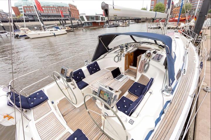 Yacht and the City - Elbphilharmonie