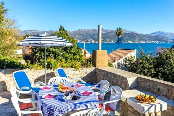 Attick Two Bedroom Apartment & terrace & sea views - Dubrovnik - Casa