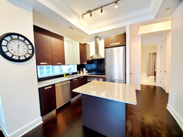 Yonge & Bloor - 1 BR + Pullout Bed Downtown Condo