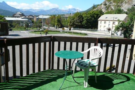 Studio et grand balcon face aux montagnes