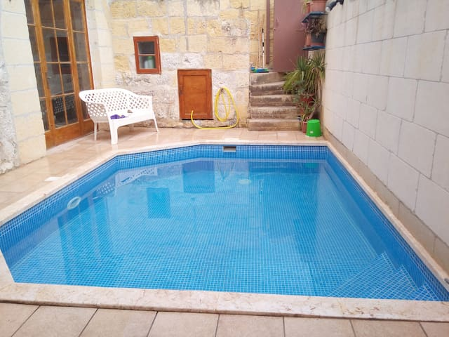 4 Bedroom Vintage Farmhouse (150 y.o) with pool. - In-Nadur - Huis