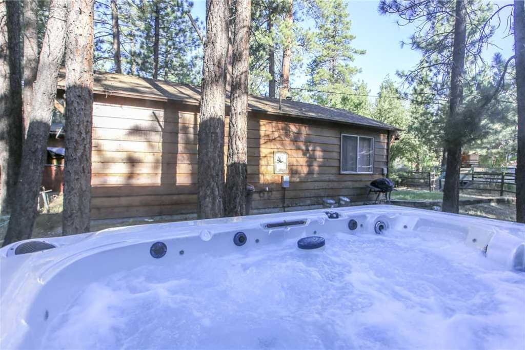 Romantic getaway walk to snow play woodsy getaway for Big bear cabins with jacuzzi tubs