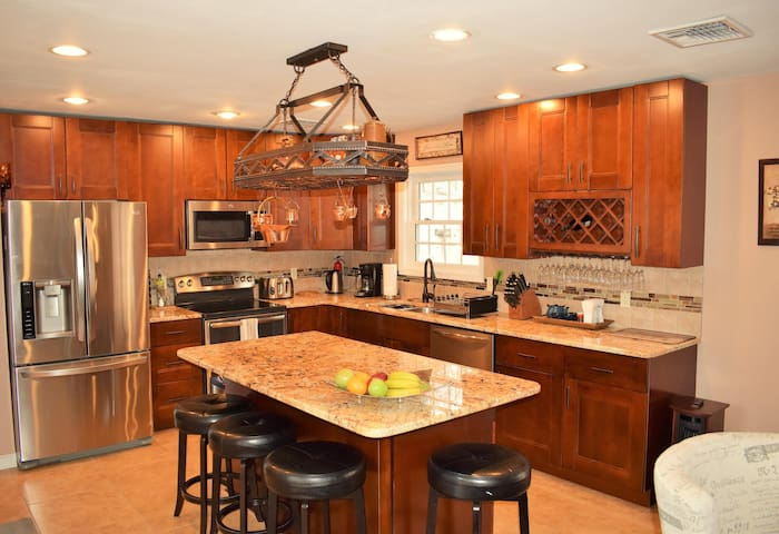 Luxurious home - Gorgeous Kitchen/ Wood Burning Fire Place/ Amazing Deck/ Hot Tub/ Sauna/ Swimming Pool!