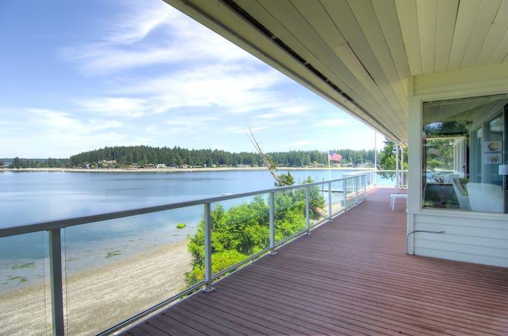 Waterfront summer retreat! Sleeps 6, 3 baths