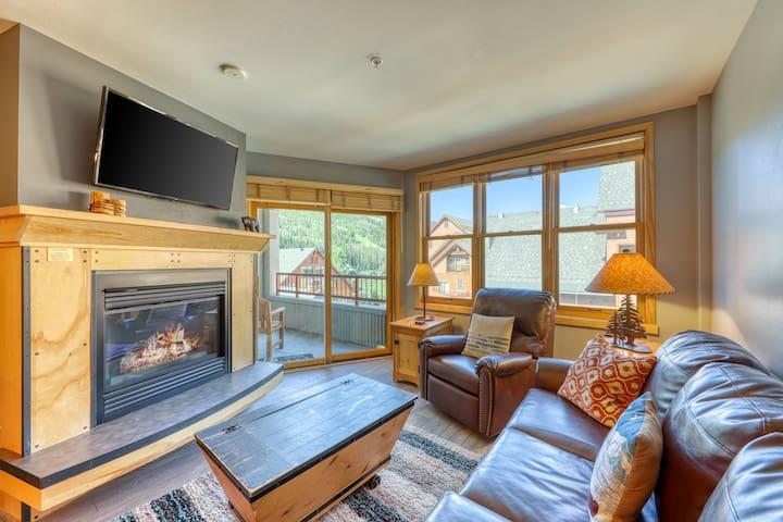 Bright condo w/ shared pool, 3 hot tubs, sauna, & mtn/ski views - near the lifts