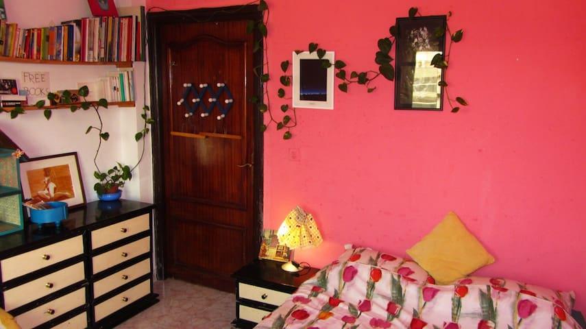 Votre chambre, avec nombreux rangements, jeux et livres sur Tanger à disposition