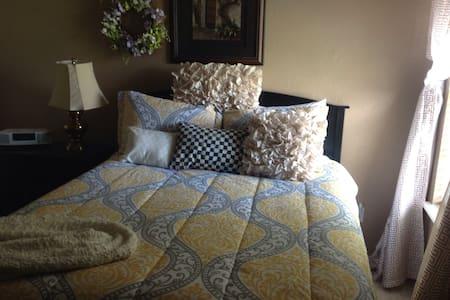 Quiet private guest room Queen bed - Russellville  - Дом