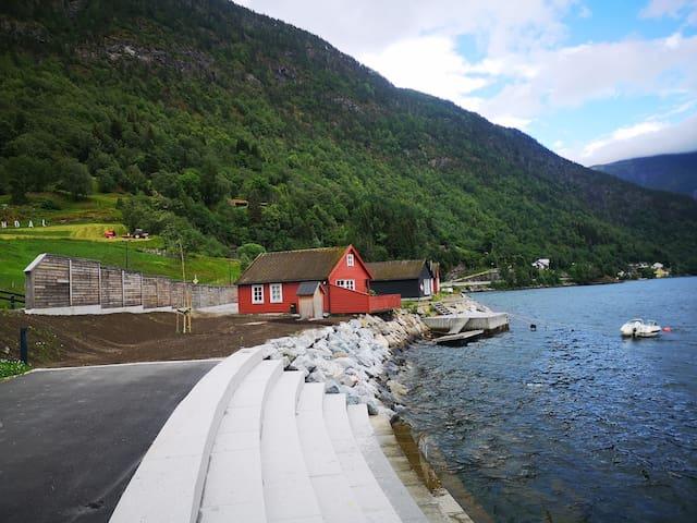 Loftesnes Hytter - naust ved sjøen i Sogndal