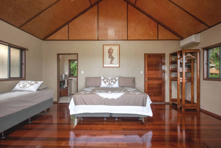 Luxury Super King size bedding Air Conditioning Polynesian Feature