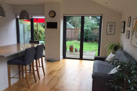 Lovely kingsize double bedroom in Thames Ditton - Thames Ditton - Hus